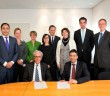 Voorzitters van de Raden van Bestuur van het LUMC (prof. dr. Ferry Breedveld) en MCH-Bronovo (drs. Paul Doop) ondertekenen de samenwerkingsovereenkomst voor de oprichting van het Universitair Kankercent (1)