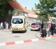 LEIDEN - Vrijdagmiddag 22 juli omstreeks 16:10 uur heeft er op de Munnikenstraat in Leiden een ongeval plaatsgevonden waarop de hulpdiensten werden gealarmeerd. De hulpdiensten waren snel ter plaatse en troffen een ongeval aan tussen een snorfiets en een politieauto. Bij het ongeval is een persoon gewond geraakt. Nadat het slachtoffer door het ambulancepersoneel was gestabiliseerd is het slachtoffer per ambulance met onbekende verwondingen overgebracht naar een ziekenhuis in de omgeving. Hoe de aanrijding heeft kunnen ontstaan is niet bekend. De politie heeft verklaringen opgenomen en probeert de exacte toedracht van het ongeval te achterhalen.