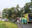 LEIDEN - Zondagmorgen 28 augustus omstreeks 10:10 uur is er een ambulance opgeroepen voor een incident op de Cronesteyn met de kruising Vrouwenweg in Leiden. Ter plaatse bleek een vrouw gevallen te zijn met haar fiets, omstanders die het zagen gebeuren hebben de hulpdiensten gewaarschuwd. Het slachtoffer is door het ambulancepersoneel naar het ziekenhuis vervoerd. Hoe het ongeval heeft kunnen gebeuren is niet bekend.
