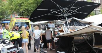 Persoon gewond na instorten van marktkraam, Stationplein in Leiden