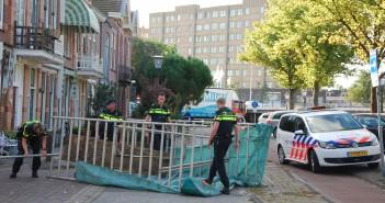 LEIDEN - Woensdagmorgen 28 september omstreeks 09:30 uur werden de politie en ambulancedienst opgeroepen voor een ongeval op de kruising Haarlemmerweg met de Jan Lievensstraat in Leiden. Ter plaatse bleek er een steiger door mogelijk harde wind te zijn omgewaaid. Hierna was de steiger op een voorbijgaand persoon terecht gekomen. De ambulancedienst heeft het slachtoffer nagekeken. Hierna is deze meegenomen naar het ziekenhuis. De steiger is uit elkaar gehaald en van de weg verwijderd.